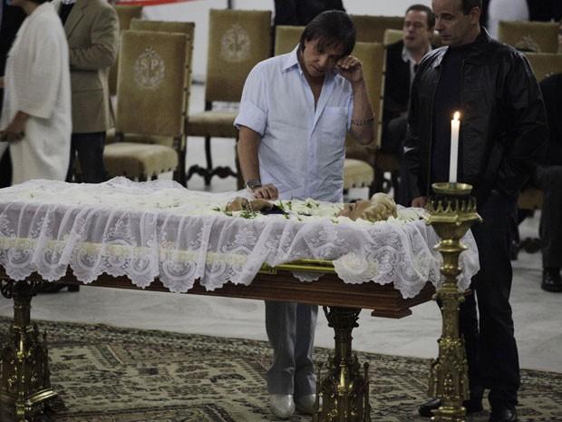 O cantor Roberto Carlos chora no velório de Hebe Camargo (Foto: Nelson Antoine/Fotoarena/Folhapress)