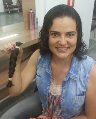 Colaboradora da TV Integração faz gesto de solidariedade (Foto: Divulgação   TV Integração)