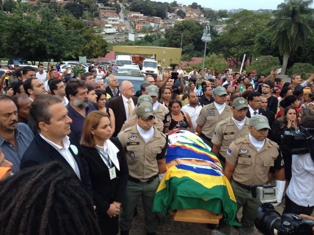 Caixão com o corpo de Ariano Suassuna chega ao cemitério (Foto: Vitor Tavares / G1)