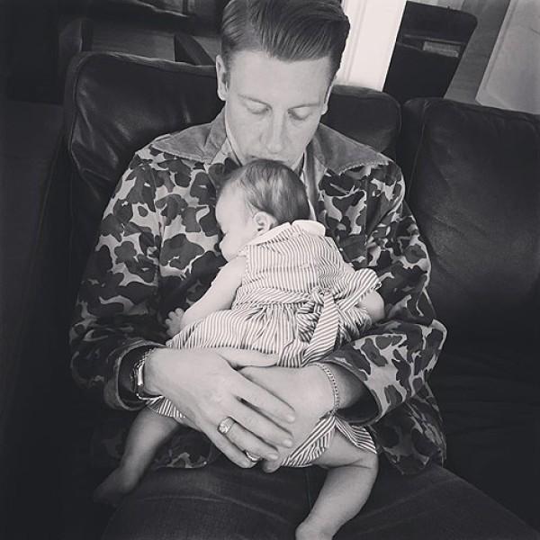 Macklemore e a sua filha (Foto: Instagram)