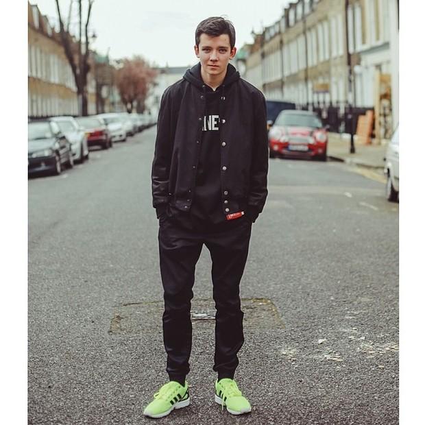 Asa Butterfield e um de seus tênis estilosos (Foto: Reprodução/Instagram)