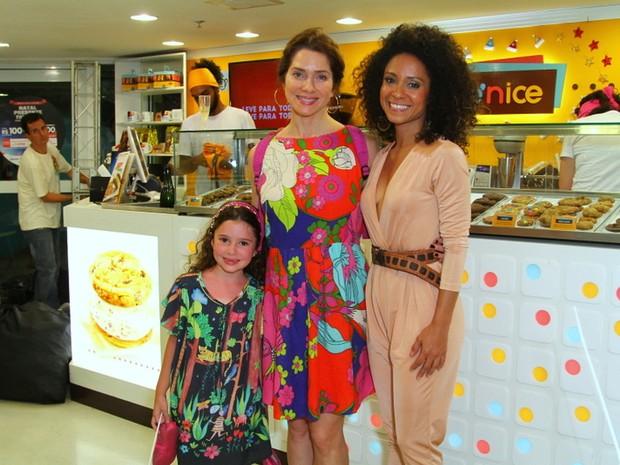 Letícia Spiller a filha, Stella, com Cinara Leal em evento na Zona Sul do Rio (Foto: Anderson Borde/ Ag. News)