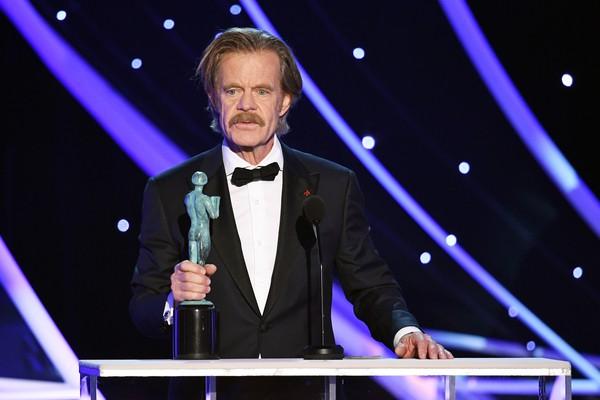 O tor William H. Macy após receber o troféu e Melhor Ator em Série de Comédia na premiação do Sindicato dos Atores de 2018 (Foto: Getty Images)