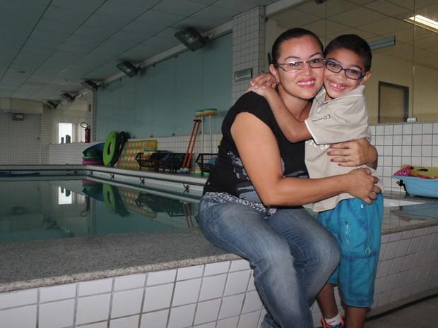 Francisca Beatriz se tornou voluntária no Centro de Reabilitação onde o filho faz tratamento (Foto: Patrícia Andrade/G1)
