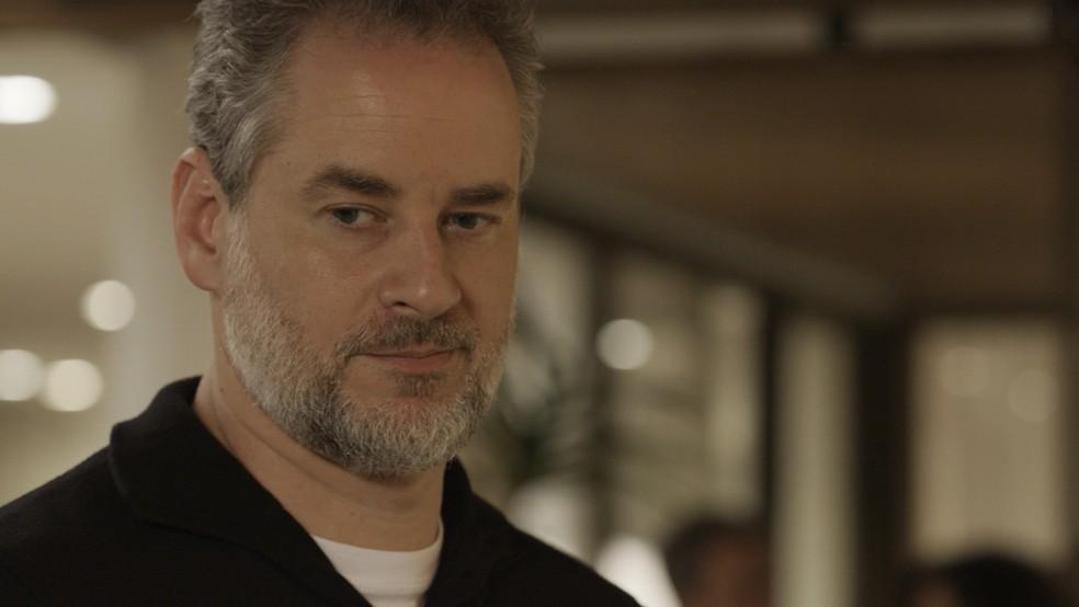 Eugênio cai em tentação e procura Irene (Foto: TV Globo)