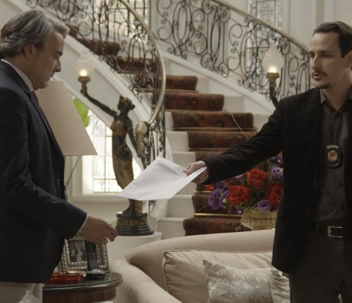 Investigador entrega a Aparício envelope com o resultado da investigação (Foto: TV Globo)