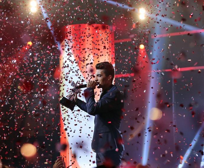 Rafael canta na Grande final com o troféu na mão (Foto: Isabella Pinheiro/ Gshow)