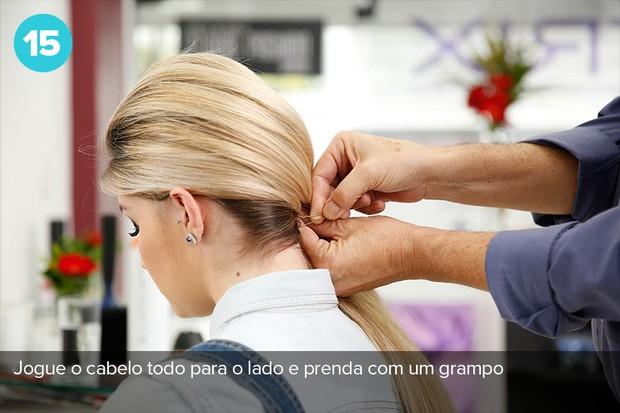 Jogue todo o cabelo para um dos lados e prenda com ajuda de um grampo na parte inferior da cabeça (Foto: Marcos Serra Lima/EGO)