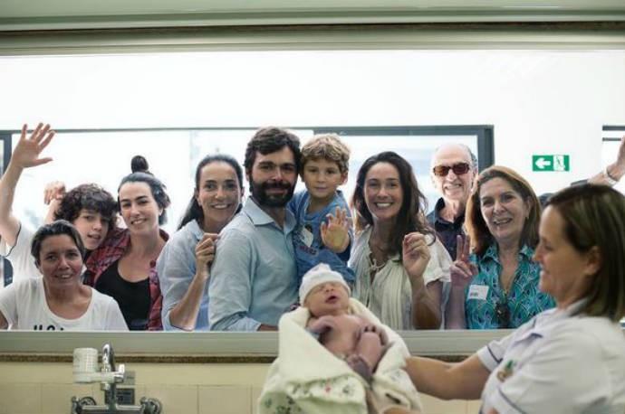 Toda a família vendo o nascimento do pequeno Salvador, filho de Carol Solberg (Foto: Reprodução)