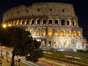 O anfiteatro Coliseu com iluminação noturna (Foto: Gabriel Bouys/AFP Photo)