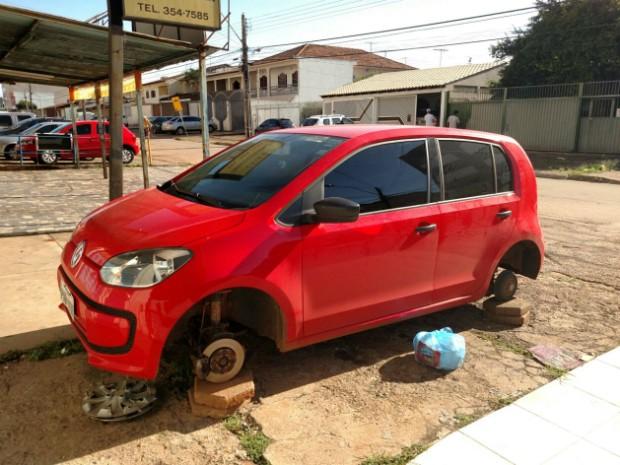 Um dos carros furtados na madrugada desta terça (29) em Taguatinga Norte (Foto: Maria da Paz/Arquivo Pessoal)