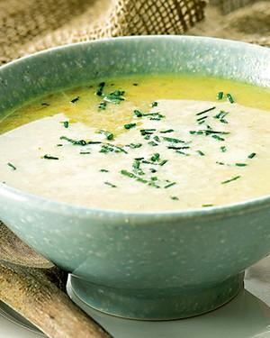 Sopa de legumes, com alho-poró, nabo, cenoura e outros ingredientes que não pesam no estômago e tampouco na consciência (Foto: StockFood / Gallo Images Pty Ltd.)