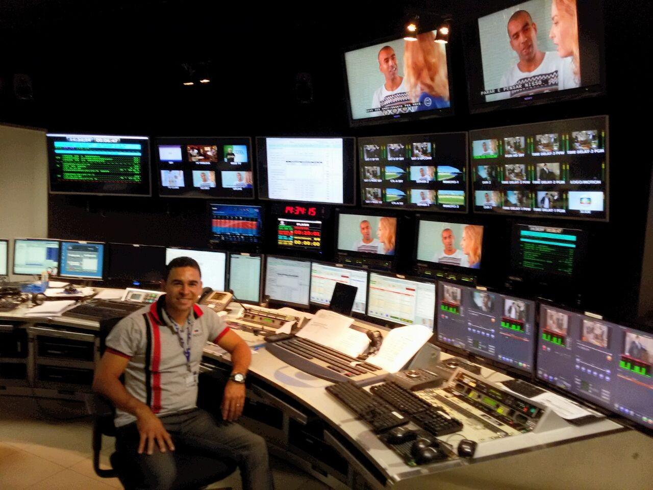 Operador de controle mestre da TV Asa Branca em treinamento na Globo Nordeste (Foto: Azenilson Vieira / TV Asa Branca)