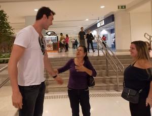 Murilo Becker atende fãs em shopping de São José (Foto: Silas Pereira)