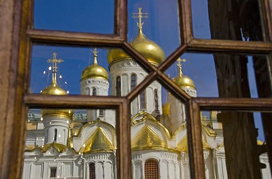Reflexo de algumas cúpulas douradas da Catedral da Anunciação, situada na Praça da Catedral, no interior do Kremlin  (Foto: © Haroldo Castro/ÉPOCA)