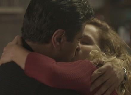 Hugo beija Gilda e se declara: 'Pra que perder tempo?'