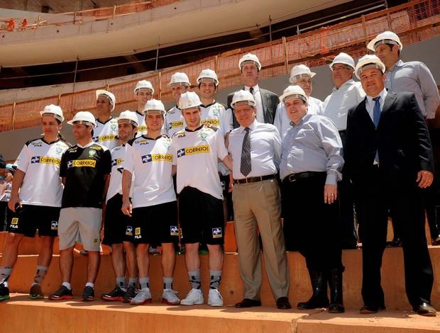 Seleção brasileira de futsal visita ginásio Mané Garrincha (Foto: Luciano Bergamaschi/CBFS)