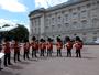 Príncipe George ganha parabéns da Guarda Real Britânica. Assista!