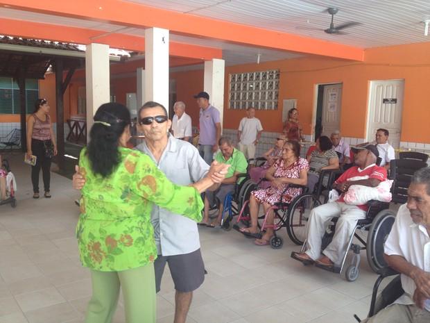 Dança é uma das atividades durante programação (Foto: Fabiana Figueiredo/G1)