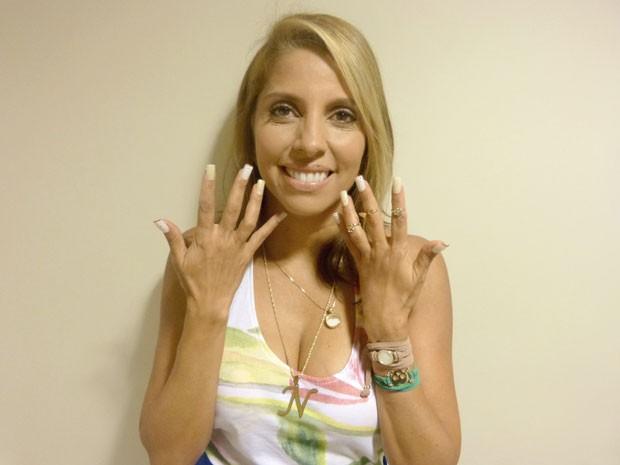 Paula Pereira mostra as unhas cheias de estilo da Nilceia (Foto: Salve Jorge/ TV Globo)