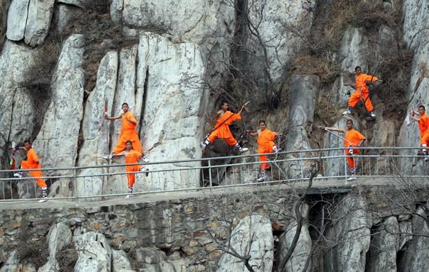 Monges shaolin foram praticam artes marciais na montanha Songshan (Foto: AFP)