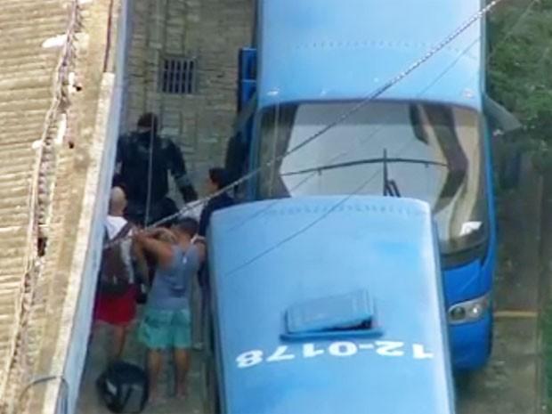 Policial usa máscara para fazer escolta de PMs durante transferência do BEP (Foto: Reprodução / Globo)