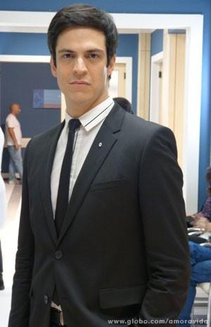 Mateus já com o broche de presidente (Foto: Amor à Vida / TV Globo)