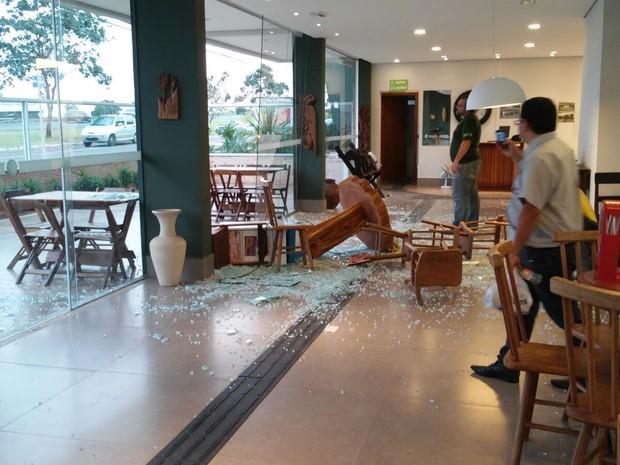 Uma mesa foi arremessada e quebrou o vidro de uma faculdade de Marília (Foto: Divulgação/André Asa de Oliveira)