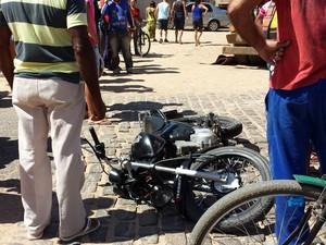 Acidente entre moto e carreta em Petrolina, PE (Foto: João Barbosa / TV Grande Rio)