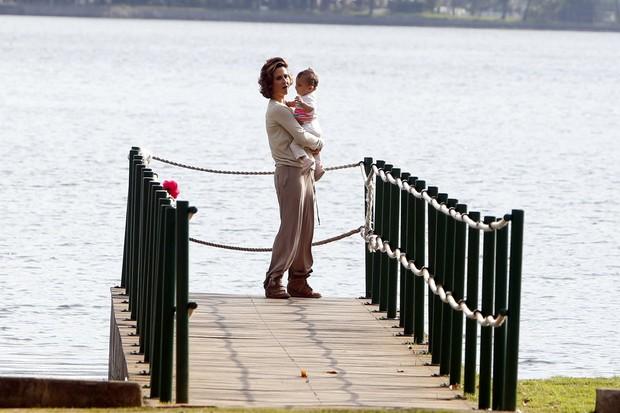 Guilhermina Guinle com a filha e a babá na Lagoa (Foto: Gil Rodrigues / Foto Rio News)