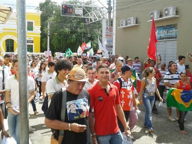 Protesto saiu em caminhada pelo Centro de Cajazeiras na manhã desta quinta-feira (31) (Foto: Felipe Valetim/TV Paraíba)