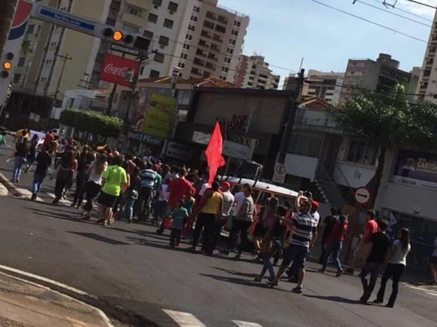 Após concentração, manifestantes caminharam pela avenida Alberto Andaló em Rio Preto (Foto: Reprodução/TV TEM)