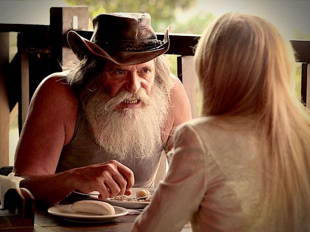 Nilo conta para Carminha os planos de Nina e Jorginho (Foto: Avenida Brasil / TV Globo)
