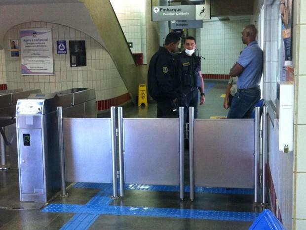 Agentes do Metrô que prestaram socorro a homem atropelado por trem no DF (Foto: Isabella Formiga/G1)