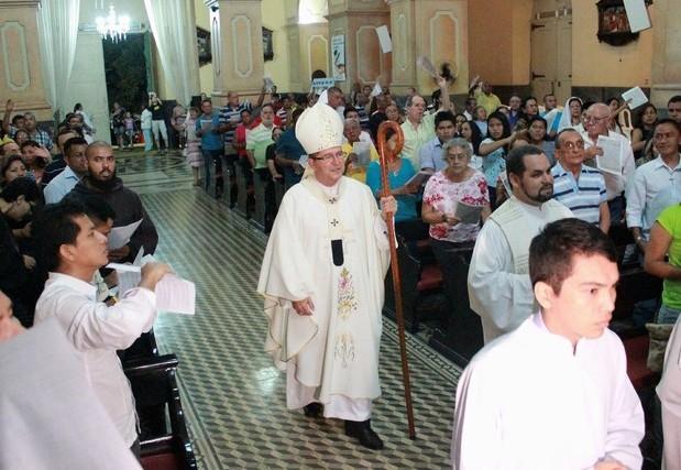 Dom Sérgio Castrianni celebrou a Missa do Galo em Manaus (Foto: Marcos Dantas/ G1 AM)