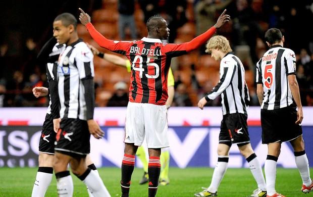 Balotelli comemora gol do Milan contra o Udinese (Foto: Reuters)