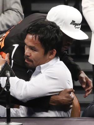 Floyd Mayweather abraça Manny Pacquiao em coletiva pós luta (Foto: Evelyn Rodrigues)