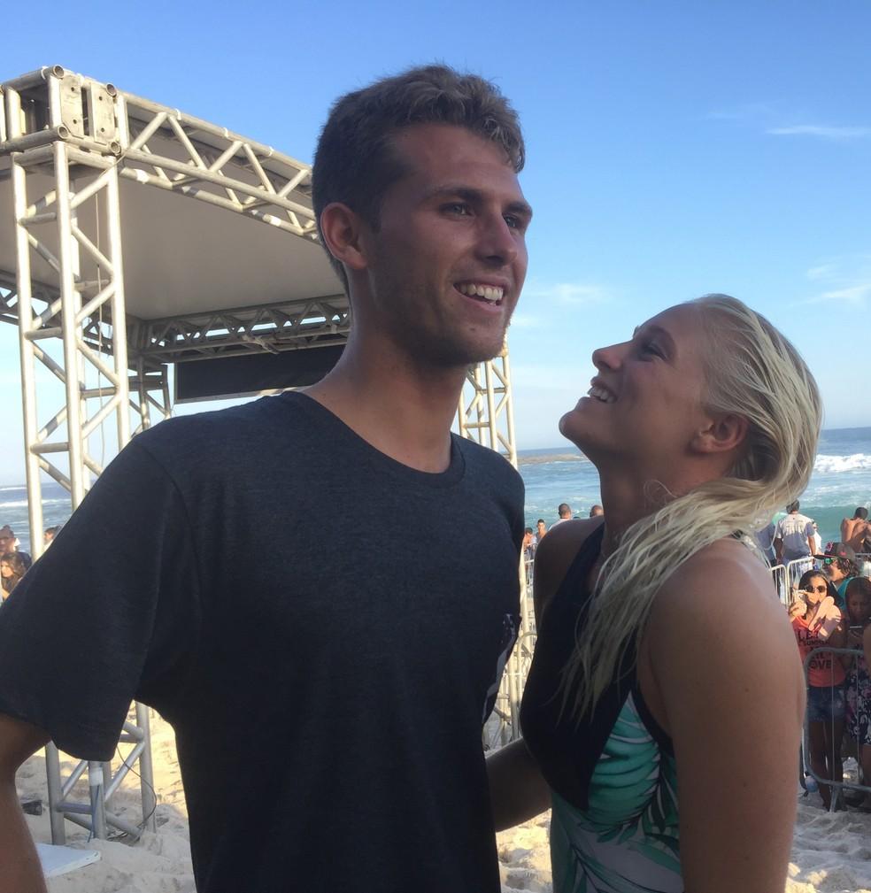 Tatiana Weston-Webb e o namorado Jessé Mendes em Saquarema (Foto: Carol Fontes)