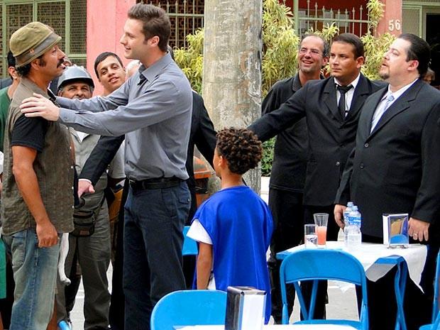 Sandro vai receber uma recompensa de milionário europu (Foto: Cheias de Charme / TV Globo)