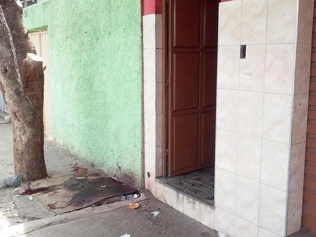 Homem foi atingido em frente a uma padaria, no Bairro São Paulo. (Foto: Davidson Fortunato/G1)