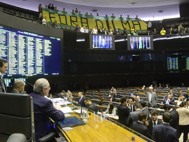 Manifestantes fazem protesto contra a presidente Dilma Rousseff na galeria do plenário da Câmara (Foto: Gustavo Lima / Câmara dos Deputados)