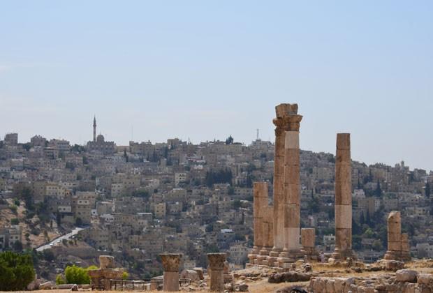 As ruínas da Citadel, sítio arqueológico localizado no centro de Amã, cuja ocupação é datada desde 7 mil AC, e a capital jordaniana ao fundo  (Foto: Juliana Cardilli/G1)