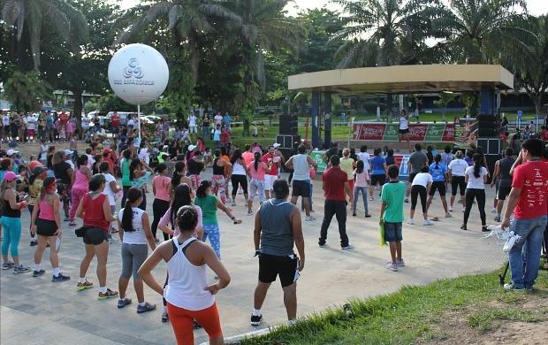 Aula de dança foi um dos serviços oferecidos (Foto: Katiúscia Monteiro/ Rede Amazônica)
