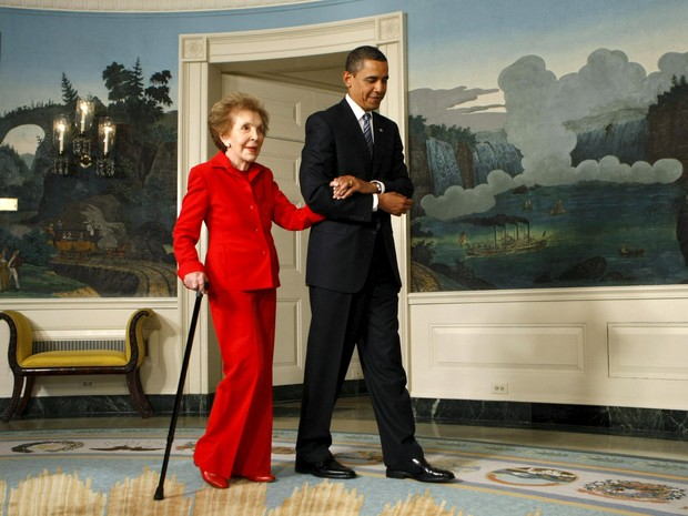 Foto de 2009 mostra Nancy Reagan ao lado do presidente Barack Obama  (Foto: Reuters/Kevin Lamarque)