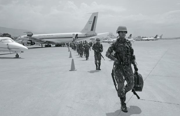 CHEGADA Em abril, militares brasileiros desembarcam em Porto Príncipe, no Haiti, para servir na missão das Nações Unidas. Nossa presença lá já dura oito anos  (Foto: divulgação Batalhão Brasileiro de Força de Paz)