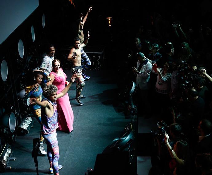 A atriz rebolou ao som do grupo! (Foto: Raphael Dias/Gshow)