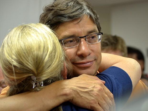 Marcio Pochmann ao lado de sua vice, Adriana Flosi, durante pronunciamento em seu comitê eleitoral (Foto: Fernando Pacífico / G1 Campinas)