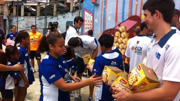 Jogadores do vôlei do Rio levam panetones para crianças do Borel (Foto: Leandro Garrido/Globoesporte.com)
