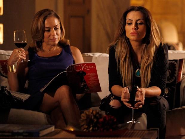 Bianca espera por Zyah até cansar, mas o guia não aparece (Foto: Salve Jorge/TV Globo)