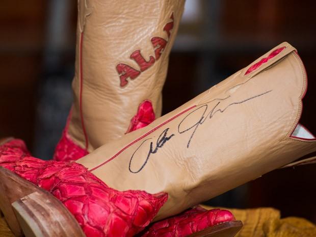 Bota feita em couro de pirarucu foi autografada por cantor country Alan Jackson (Foto: Érico Andrade/G1)